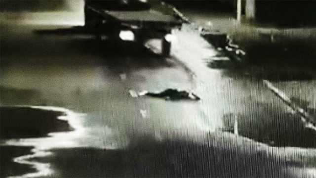 女孩深夜醉倒街头,惨遭两卡车碾过
