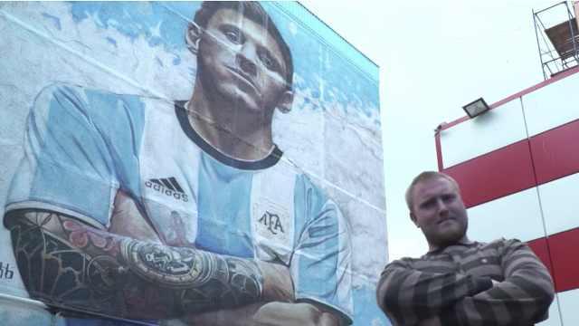 俄艺术家绘巨幅壁画,致敬偶像梅西