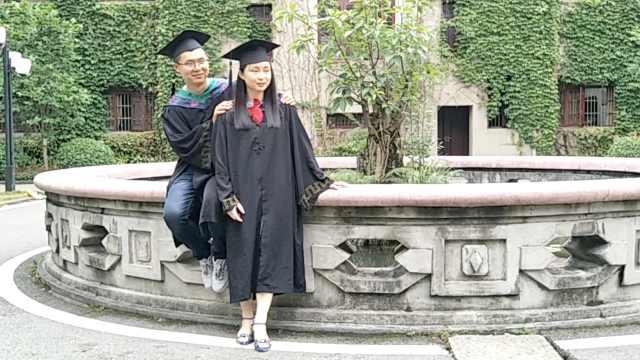 姐弟拍毕业照:相差近2岁,同上大学