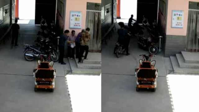男子扶老人上台阶,转身就偷摩托车