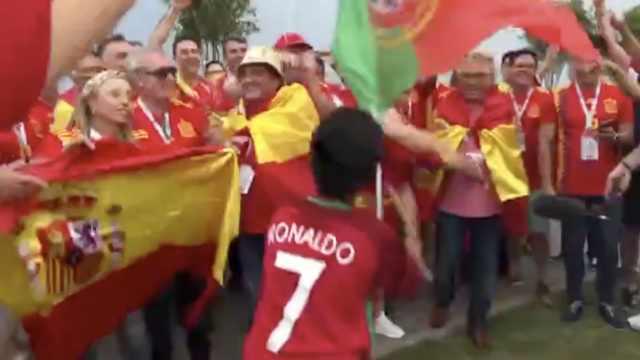 双牙决,葡小球迷单挑1群西班牙球迷