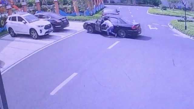 他推车前行,轿车突加速撞进幼儿园