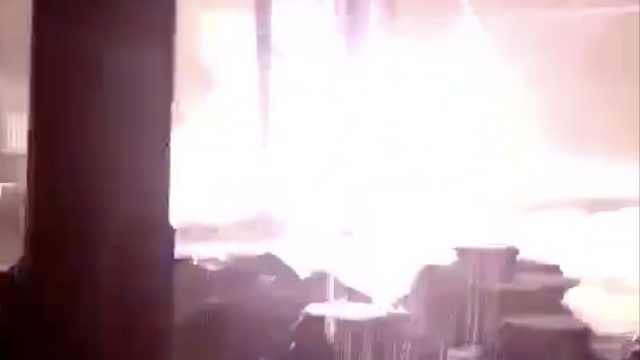 泉州雷电预警,电力设备雨中溅火花
