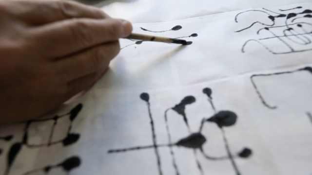 大爷创新式书法,筷子饭勺代替毛笔