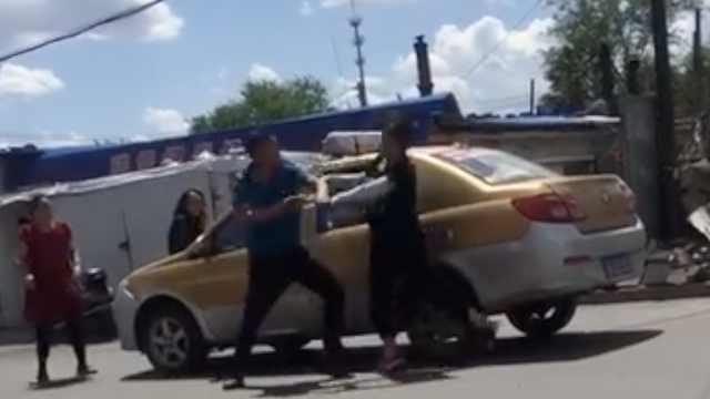 疑因10元车费,的姐母女与乘客互殴