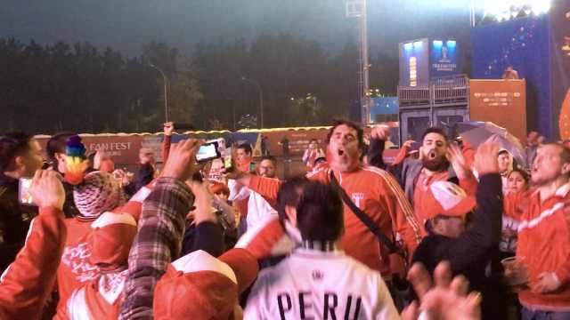 浇不灭的激情!秘鲁球迷暴雨中狂欢