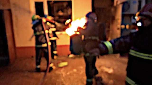 火焰喷起1米高,消防火海抱出煤气罐