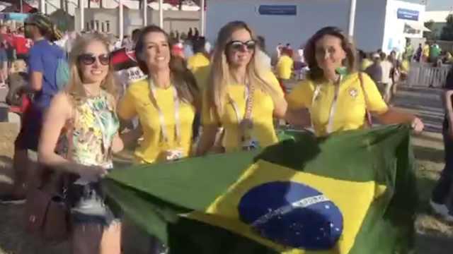 提前过年?巴西球迷高举大力神杯