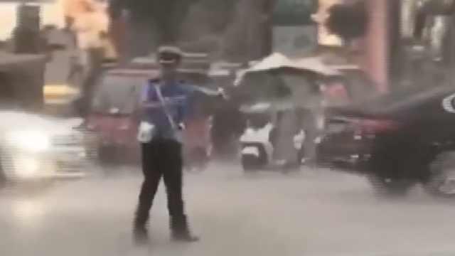 辅警暴雨中执勤全身湿透,感动全城