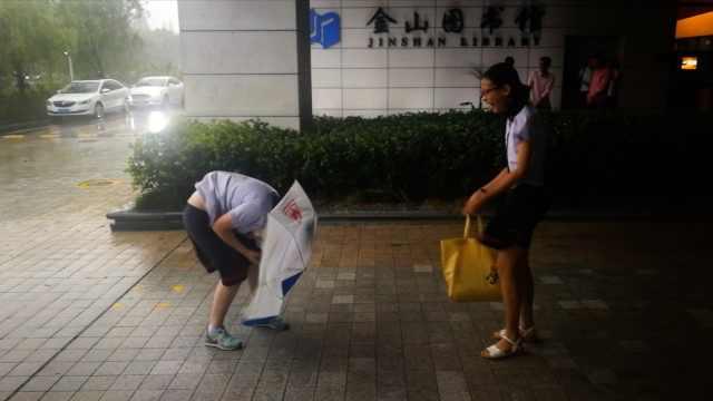 暴雨袭上海!狂风下小姐姐寸步难行