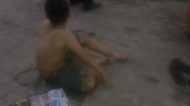 男孩坠下水道被救,送医不忘找书包