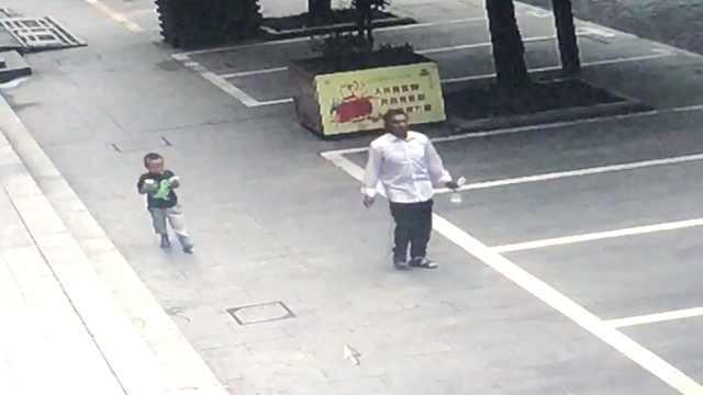 4岁熊孩子走失,跟着保安