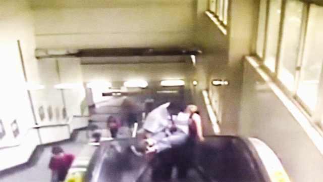 女乘客滚下电梯,被站长公主抱救起