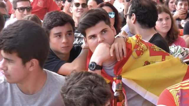 37度高温看球!西班牙球迷嘲踢太烂