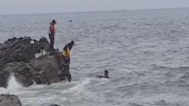 韩国三男风浪大被困礁石,海警救援