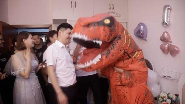 新娘惊喜扮恐龙,新郎开门瞬间吓懵