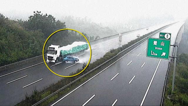 女司机欲超车撞停大货车,车头损毁