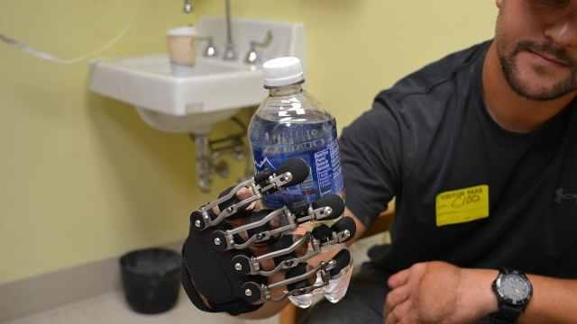 国外研发机械手指,跟原装一样灵活