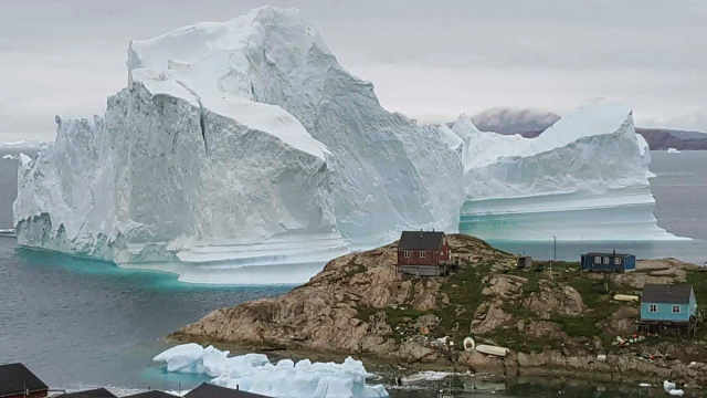 冰山漂至格陵兰岛,恐崩解引发海啸
