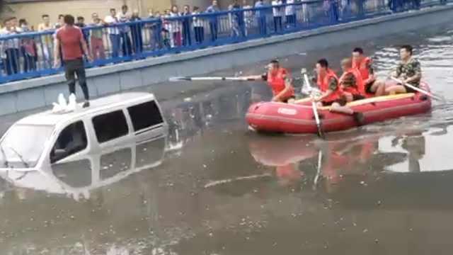 包头暴雨致内涝,司机站车顶求救