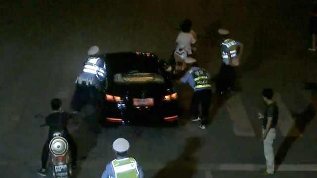 无牌车遇查,他竟猛踩油门拖行交警