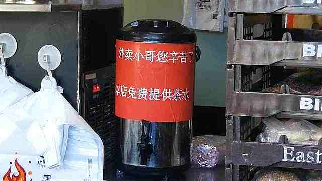 天热!小吃店为外卖员提供免费茶水