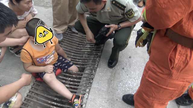 男童腿卡下水道,好奇3连问:这是啥