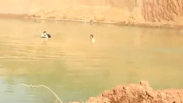 水塘边发现衣物!3娃溺亡家人跪地哭