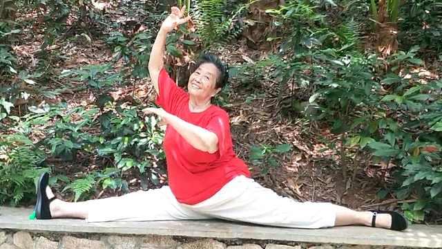 她65岁学瑜伽70岁游泳:不折腾孩子