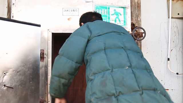 40℃高温天,制冰厂工人穿棉袄搬冰