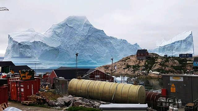 百米高冰山逼近村落,崩解或引海啸