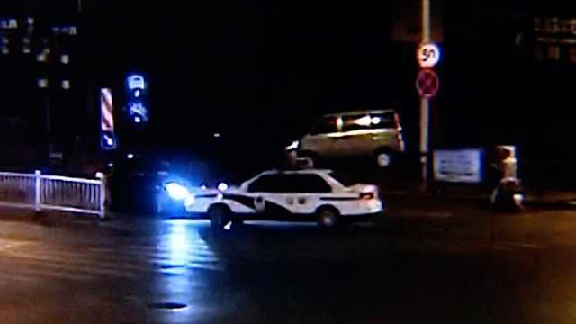 酒驾男遇查开溜,与警车上演追逐戏