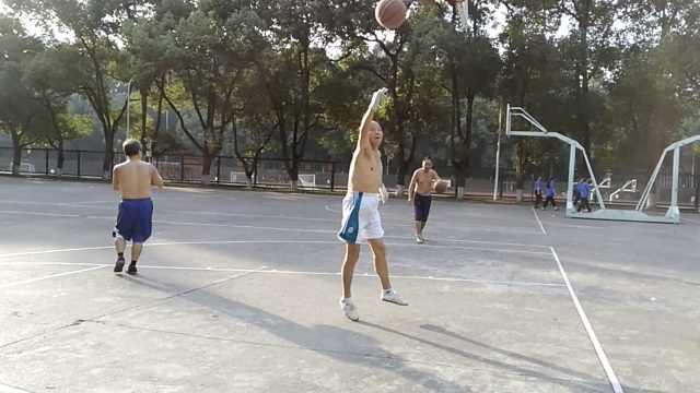 越热越战!3名7旬老人酷暑打篮球