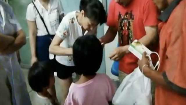 他带生病2娃寻前妻,路人买药送水
