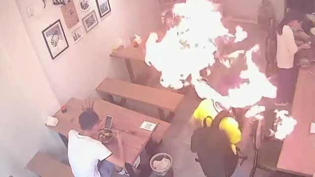 他点烟时打火机爆燃,监控记录瞬间
