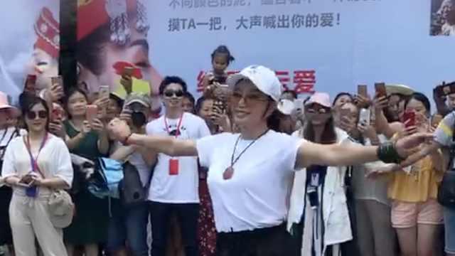 刘晓庆芙蓉镇秀摆手舞,轻盈如少女