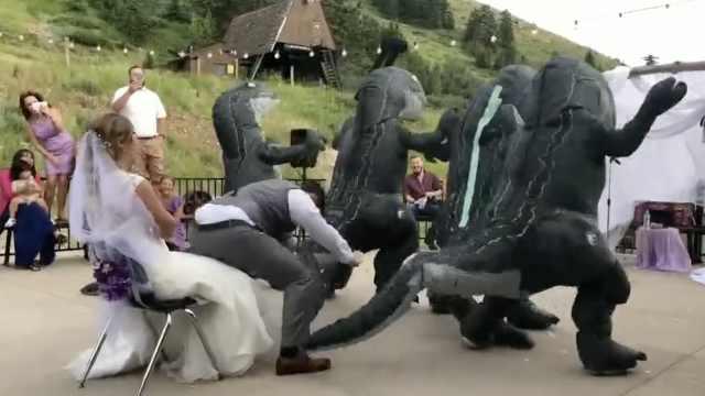 他带恐龙伴郎团尬舞,逗新娘开心