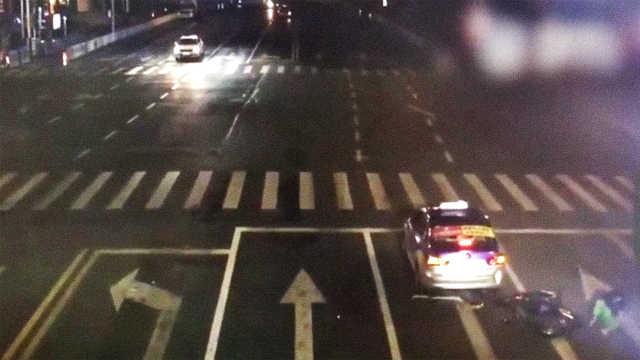 痛!小伙骑电动玩手机,直怼出租车