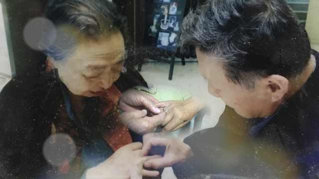 8旬翁纪念日钻戒送老伴:从不吵架