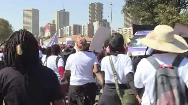 受够!南非女走上街头反对女性暴力