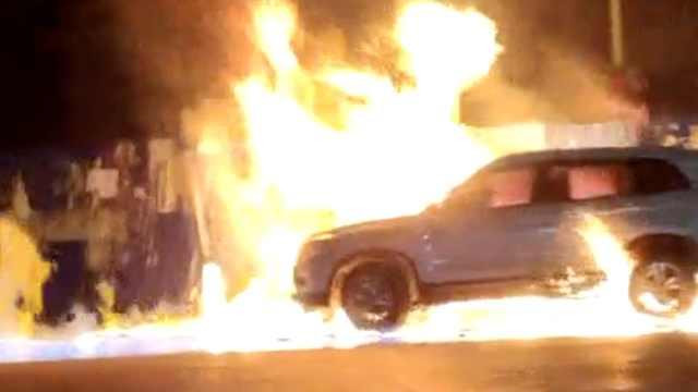 菜馆失火轿车葬火海,险殃及加油站