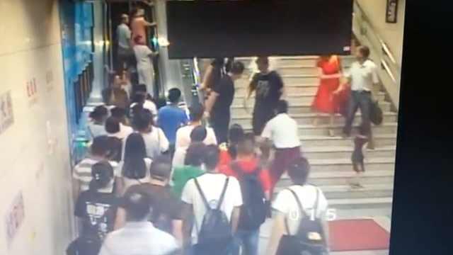 险!地铁哥抱开女童,秒踩失控行李箱