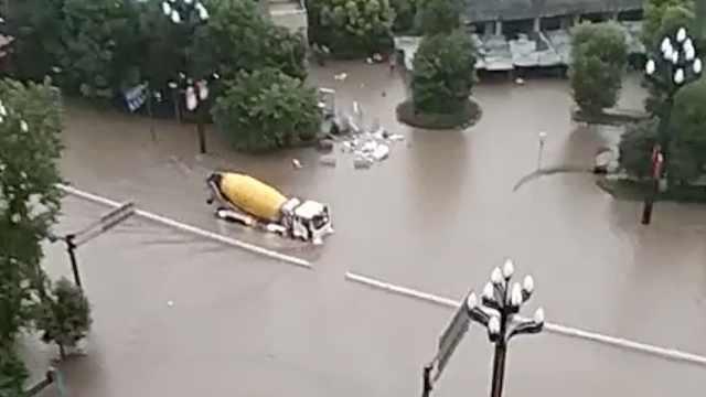 宜宾暴雨罐车强行涉水,市民惊呼:牛