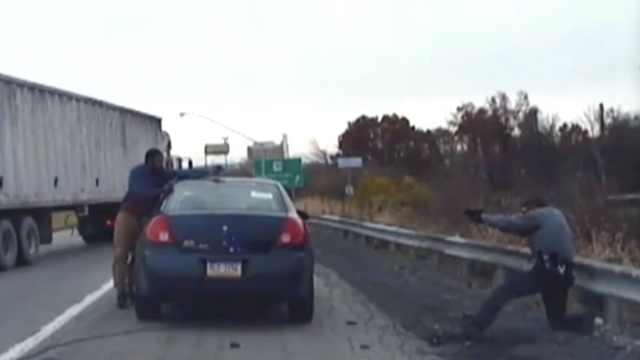 嫌犯被电击后,车内拿枪射击两警察