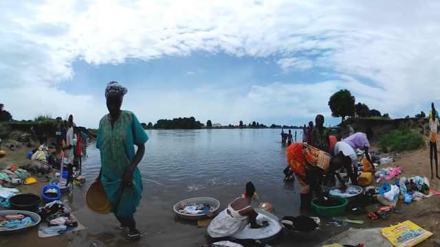 自来水贵,南苏丹人尼罗河中打水吃