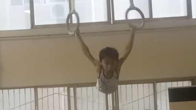 心疼!练体操2年,7岁男孩手长满老茧