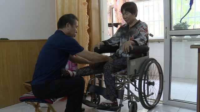 大叔照顾瘫痪妻17年,自制康复器材