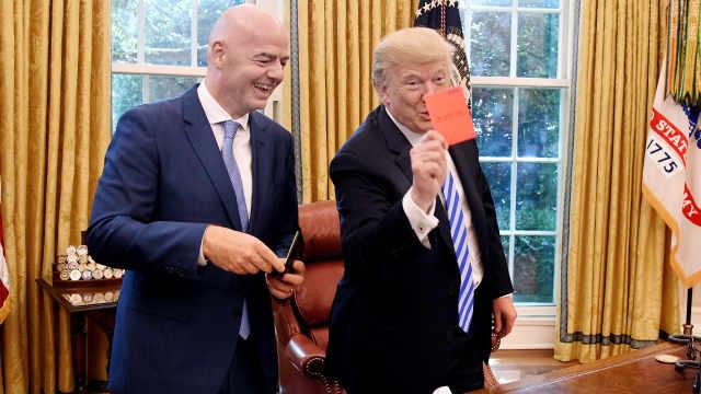 川普见FIFA主席,向现场记者亮红牌