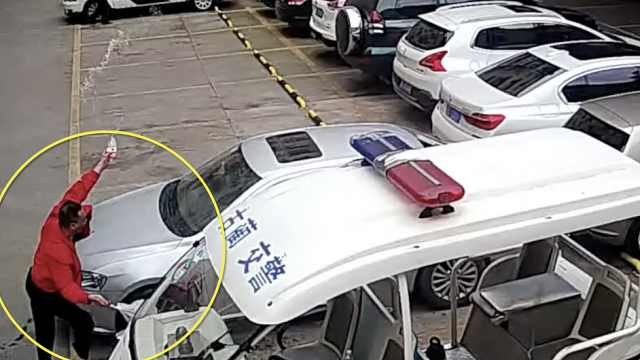 男子车被扣到交警队撒泼,被1招制服