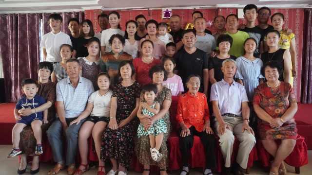 102岁老人五世同堂,80人拍全家福